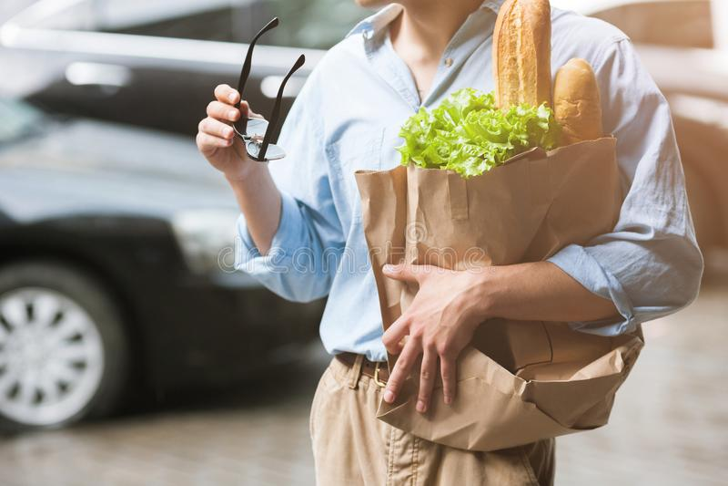 Alimento sano per il maschio Pedone di acquisto immagine stock libera da diritti
