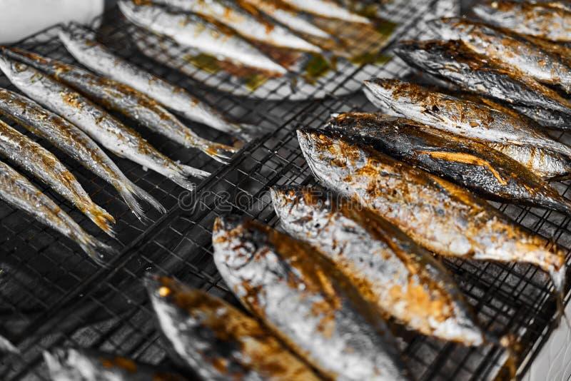 Alimento sano Pescados asados a la parrilla en parrilla comida Consumición de los mariscos Nutri foto de archivo libre de regalías
