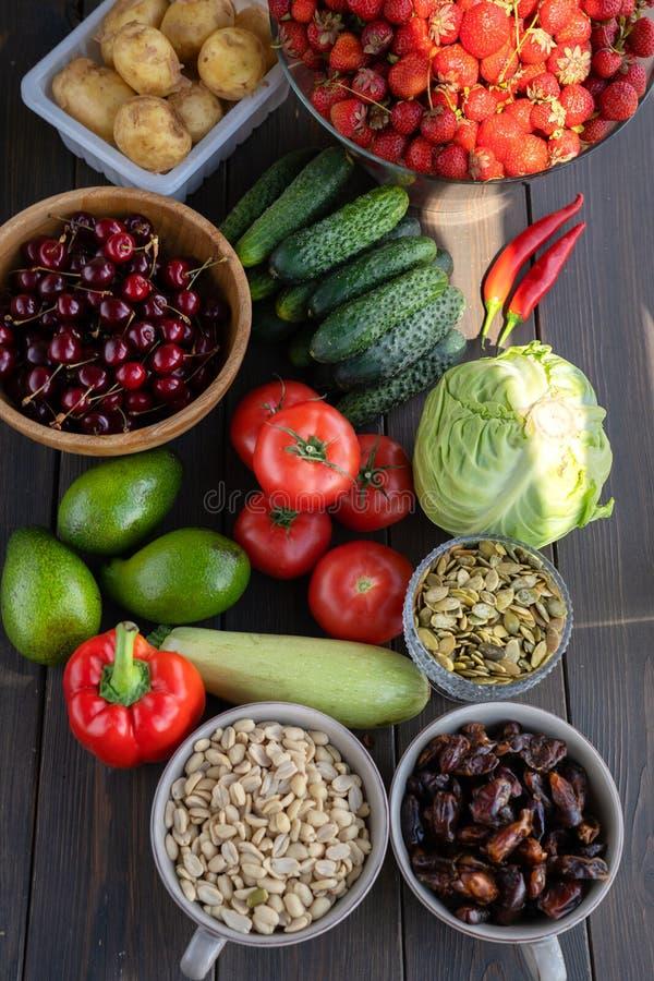 Alimento sano Pescados, carne y verduras En un fondo de madera oscuro Visi?n superior fotografía de archivo