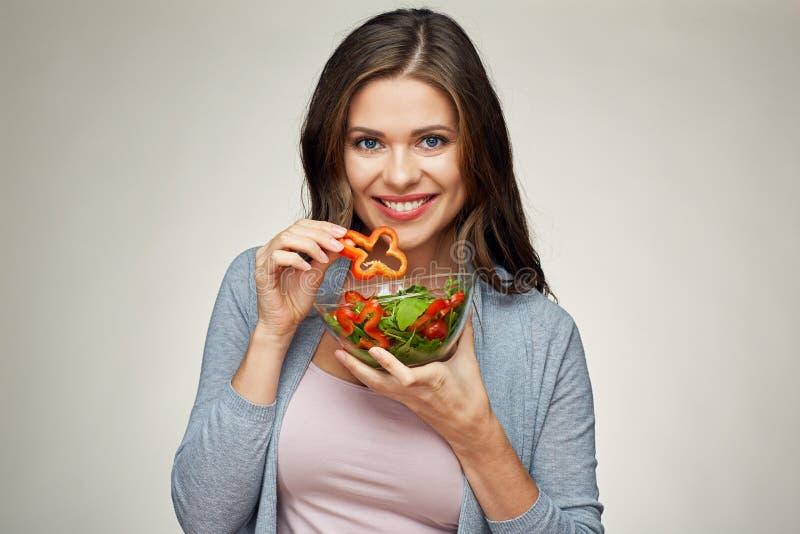 Alimento sano, stile di vita helthy con la giovane donna che mangia insalata immagini stock