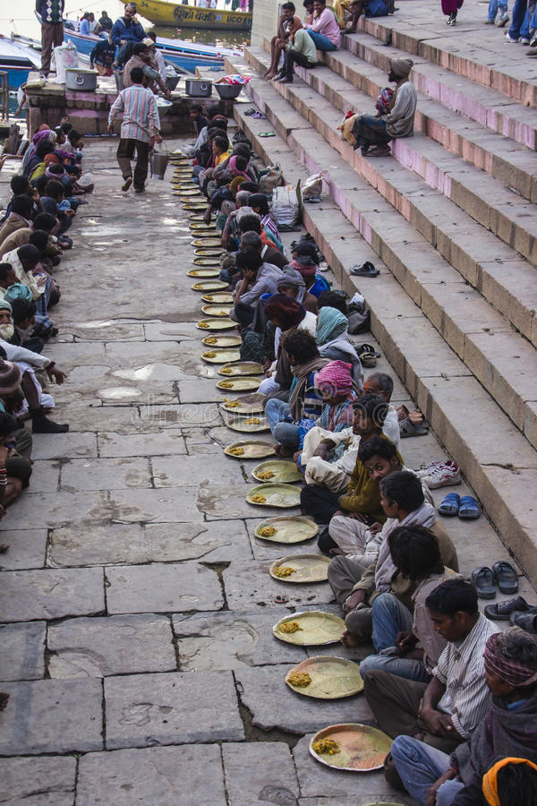 Alimento santo sui ghats di Varanasi fotografie stock libere da diritti