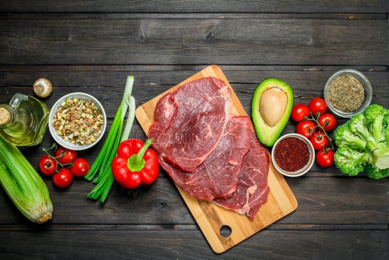 Alimento saudável Carne crua da carne com variedade do alimento biológico imagens de stock
