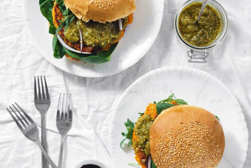 Alimento saudável da opinião superior do pesto da rúcula dos espinafres da costoleta da abóbora do hamburguer do vegetariano fotos de stock