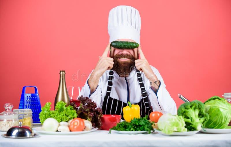Alimento saudável Dieta e alimento biológico, vitamina Homem do cozinheiro chefe no chapéu Receita secreta do gosto Cozinheiro fa imagem de stock royalty free