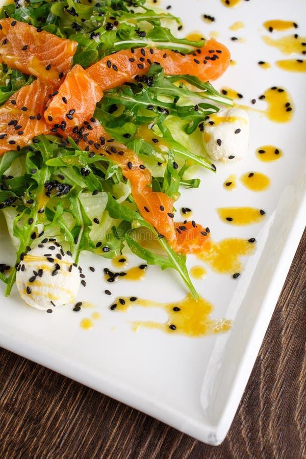 Alimento saudável do restaurante - salada dos peixes imagem de stock
