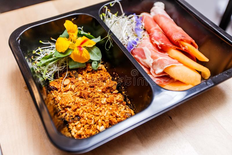 Alimento saudável e conceito da dieta, entrega do prato do restaurante Leve embora da refeição da aptidão imagem de stock royalty free