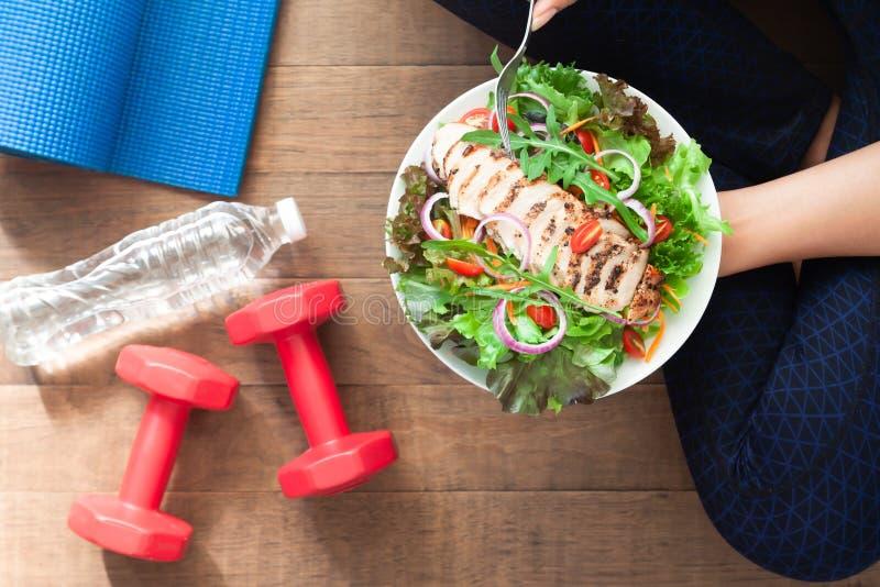 Alimento saudável e da aptidão Prato da salada de frango com equipamentos da aptidão imagem de stock royalty free