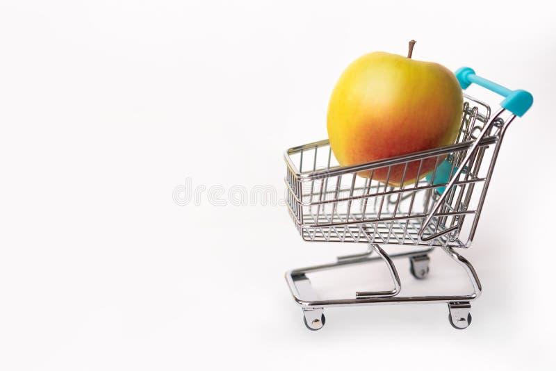 Alimento saudável e nutrição apropriada Apple em um carrinho de compras Isolado no fundo branco Copie o espaço imagens de stock