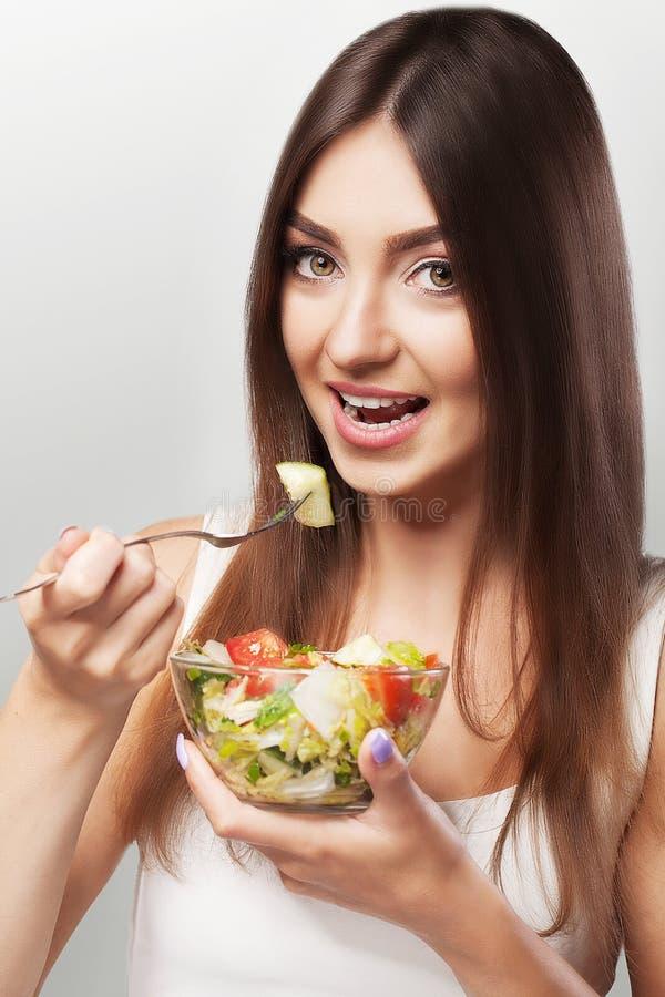 Alimento saudável Menina de sorriso no sportswear que guarda um vidro do sala imagens de stock