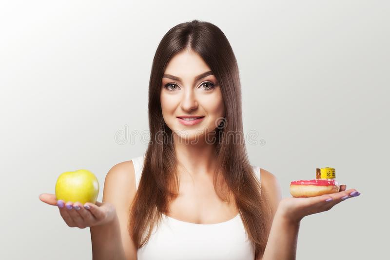 Alimento saudável A mulher está a um peso perdedor Uma moça hesita fotos de stock royalty free