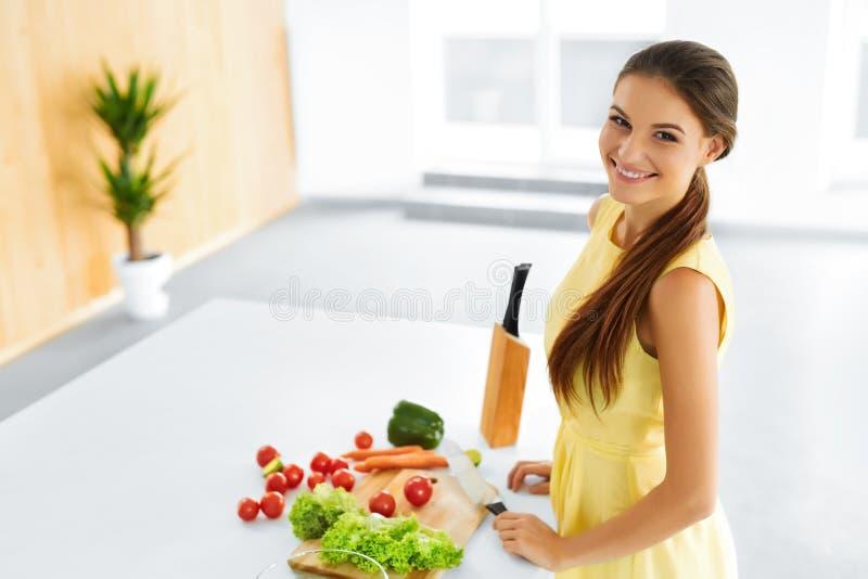 Alimento saudável Mulher que prepara o jantar do vegetariano Estilo de vida, Eati imagem de stock royalty free