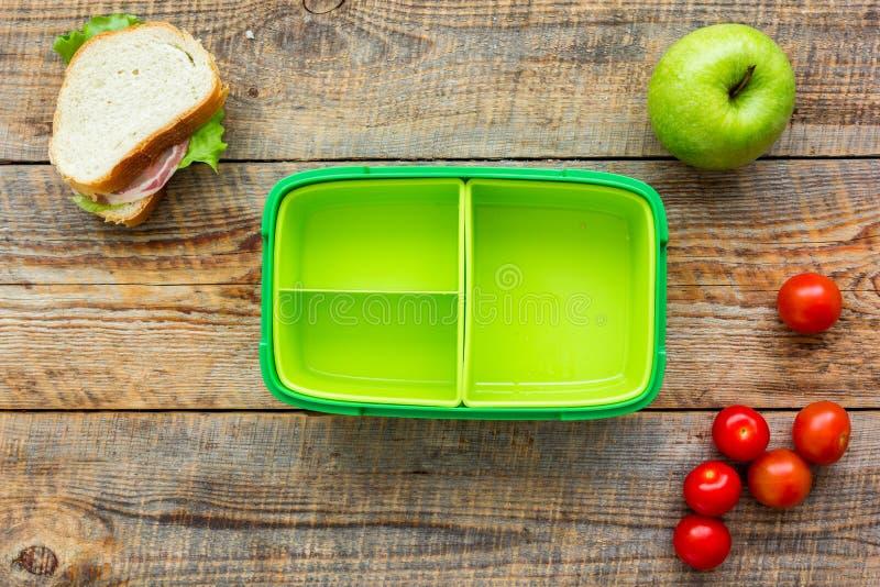 Alimento saudável na cesta de comida para o jantar do fundo de madeira da tabela da escola na opinião superior fotografia de stock