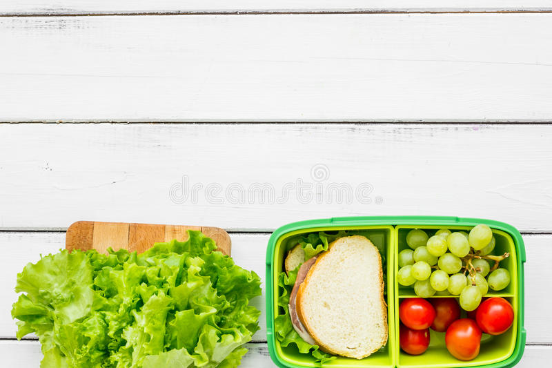 Alimento saudável na cesta de comida para o jantar no modelo branco da opinião superior do fundo da tabela da escola foto de stock royalty free