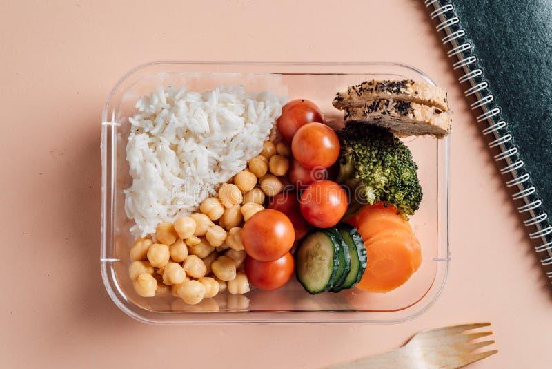 Alimento saudável na lancheira Arroz com vegetais e grãos-de-bico Comer no local de trabalho imagens de stock royalty free