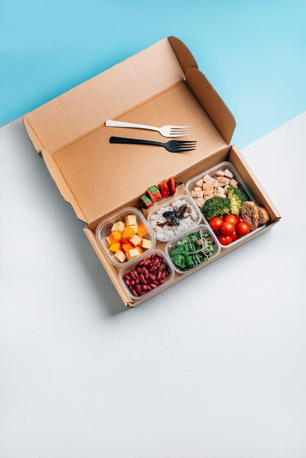 Alimento saudável na lancheira, trabalho mínimo do alimento do conceito Nutri??o equilibrada fotos de stock royalty free