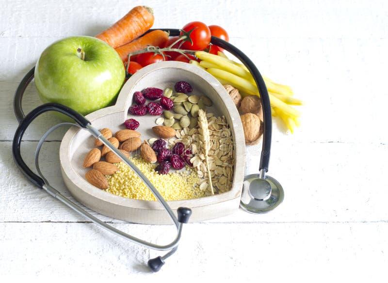 Alimento saudável no conceito do sumário da dieta do coração imagem de stock royalty free