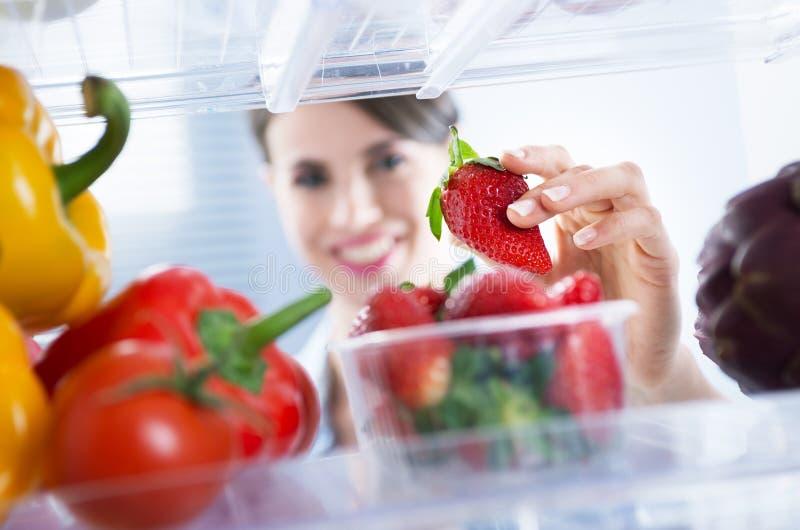 Alimento saudável no refrigerador foto de stock