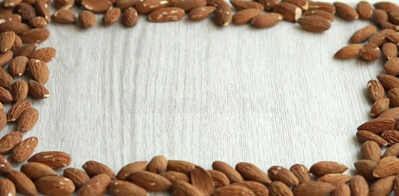 Alimento saudável para o fim da imagem de fundo acima das porcas da amêndoa Textura na opinião de tampo da mesa cinzenta branca imagem de stock royalty free