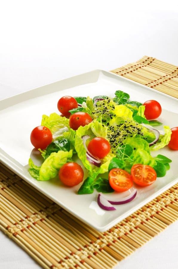 Alimento saudável para perder o peso: salada fresca foto de stock