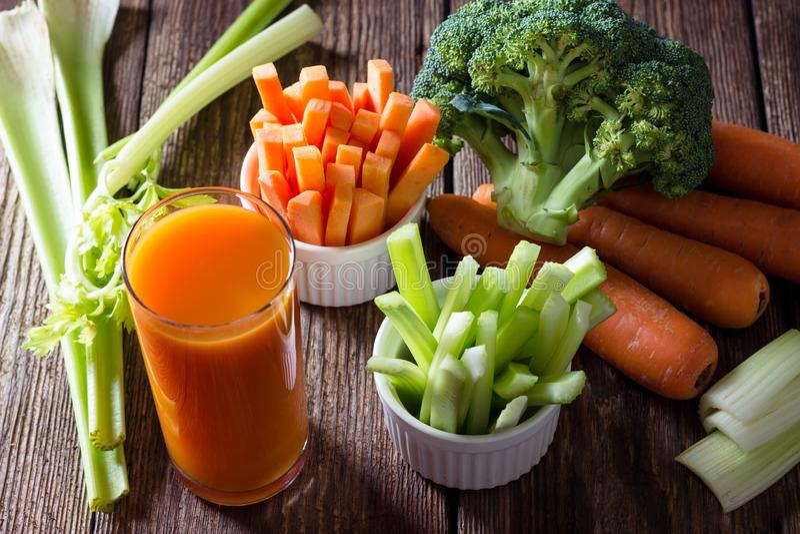 Alimento saudável - suco, aipo e brócolis de cenoura imagem de stock