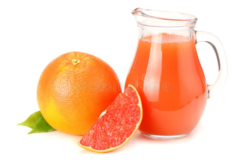 Alimento saudável suco de toranja com a toranja cortada isolada no fundo branco fotos de stock royalty free