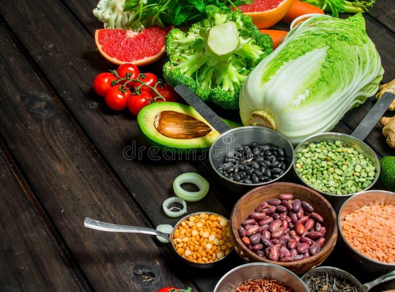 Alimento saudável Variedade dos cereais com leguminosa e os vegetais orgânicos fotografia de stock