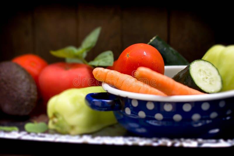 Alimento saudável, vegetal orgânico no prato rústico - bacia no close up da tabela imagem de stock royalty free