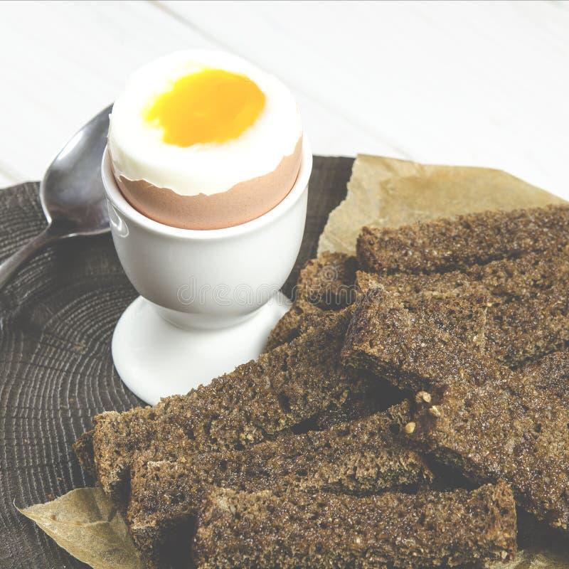 Alimento saud?vel Café da manhã inglês com ovo cozido e pão torrado em um fundo de madeira branco foto de stock