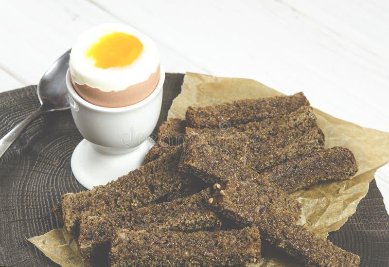 Alimento saud?vel Café da manhã inglês com ovo cozido e pão torrado em um fundo de madeira branco imagem de stock royalty free