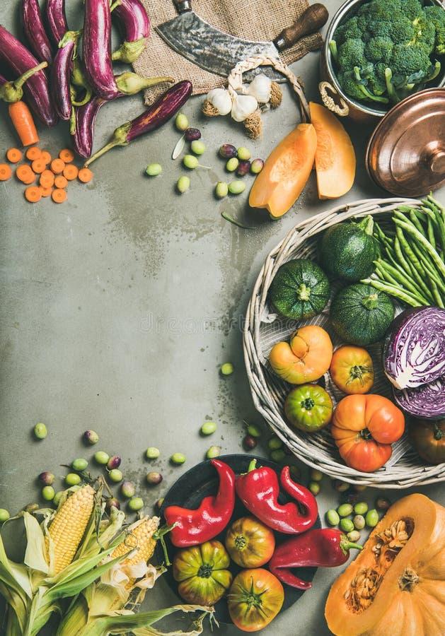 Alimento sazonal da queda do vegetariano saudável que cozinha o fundo, composição vertical fotografia de stock