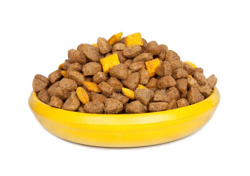 Alimento seco del perro en un tazón de fuente fotografía de archivo libre de regalías