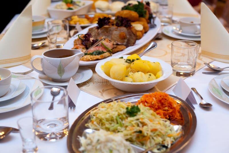 Alimento sulla tabella immagine stock