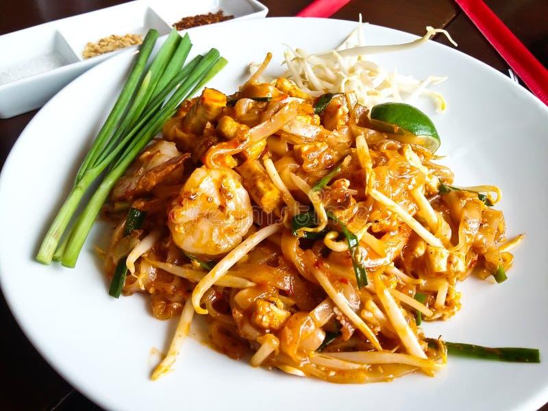 Alimento tailandés, tallarines de arroz revolver-fritos imagen de archivo