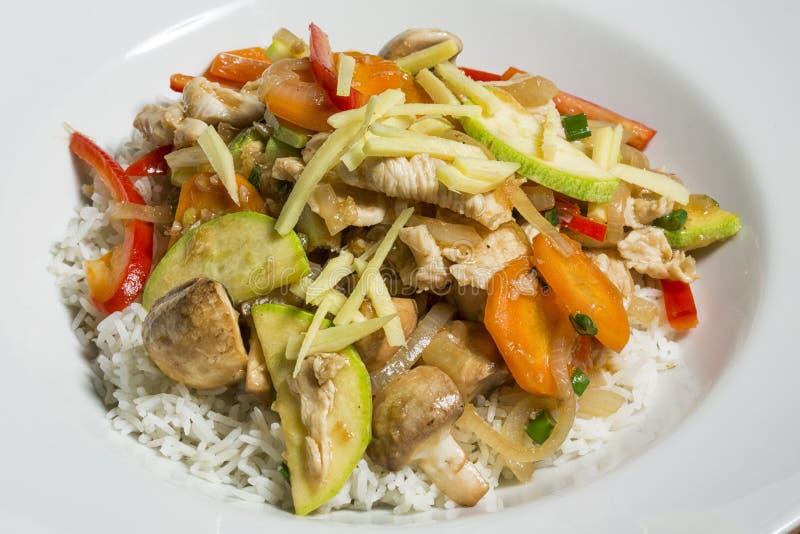 Alimento tailandês - a agitação da carne e do vegetal frita com o gengibre no arroz fotos de stock