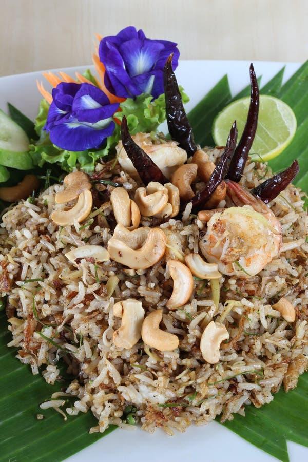 Alimento tailandês, arroz fritado com camarão e erva foto de stock