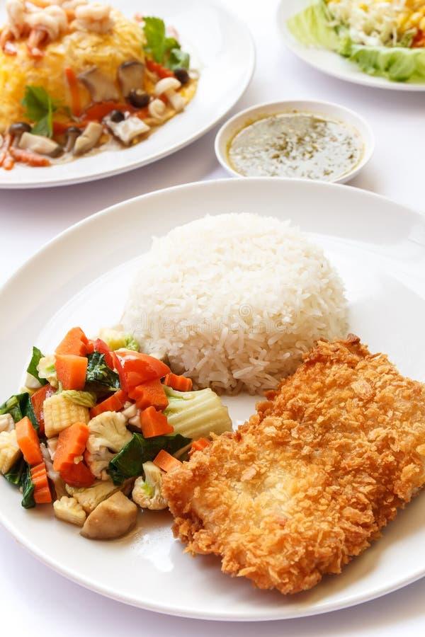 Alimento tailandês, arroz, vegetais da mistura e peixes fritados fotografia de stock royalty free