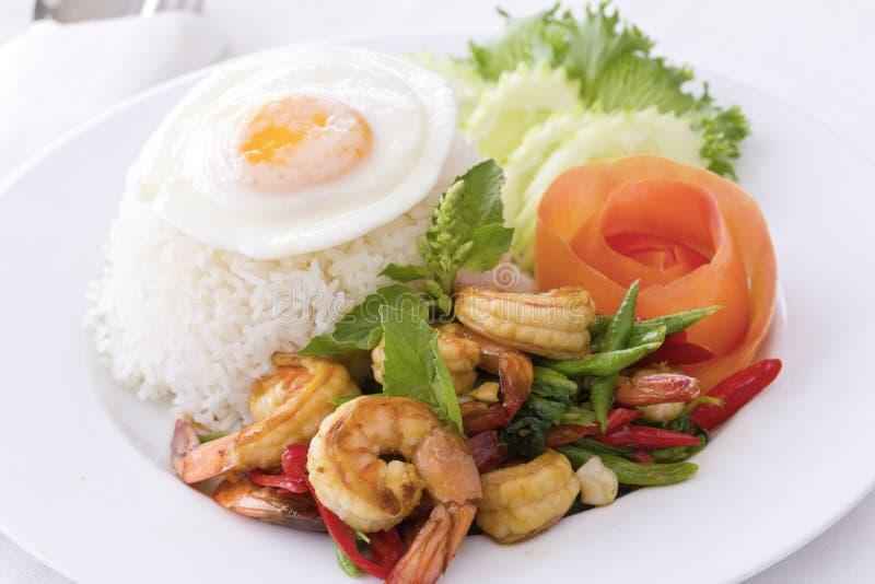Alimento tailandês: Camarão fritado mexendo com manjericão quente foto de stock royalty free