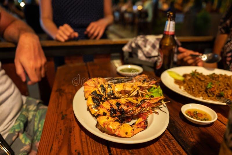 Alimento tailandês com os camarões do tigre em Koh Lipe em Tailândia imagem de stock royalty free