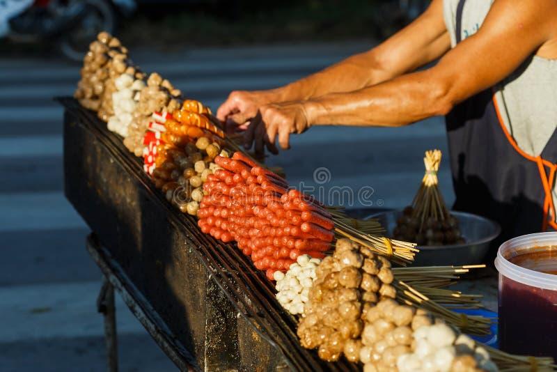 Alimento tailandês de compra da rua das almôndegas da carne de porco imagem de stock royalty free