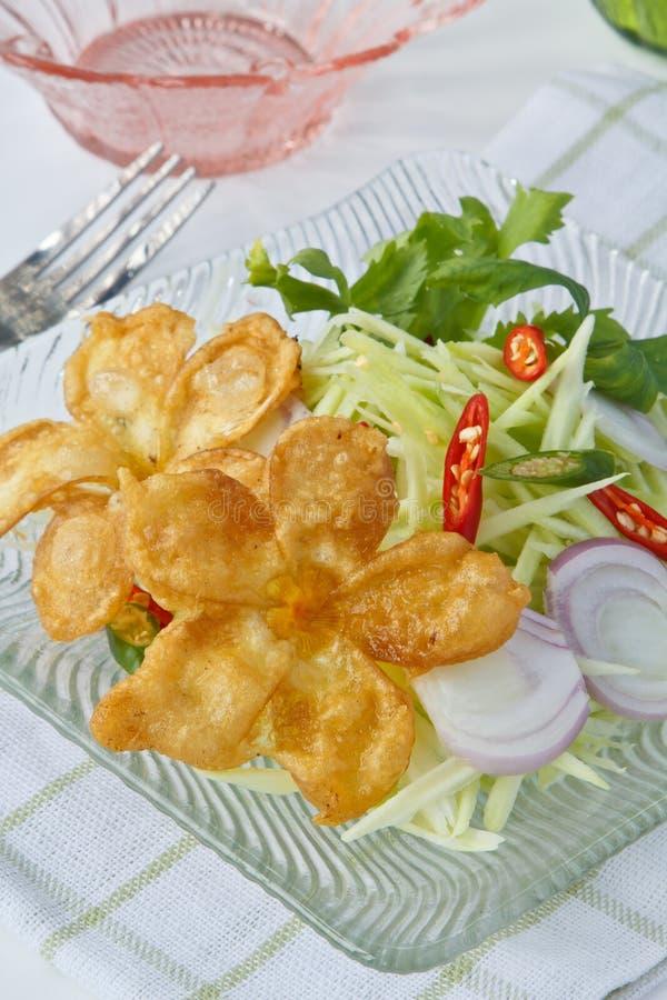 Alimento tailandês, flores fritadas com salada da manga imagens de stock