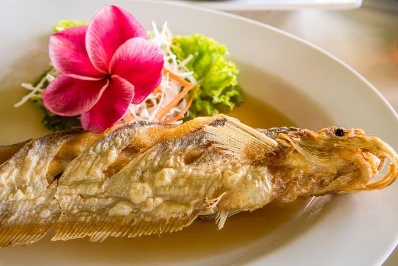 Alimento tailandês fritado dos peixes fotografia de stock royalty free