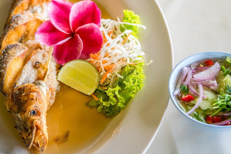 Alimento tailandês fritado dos peixes foto de stock royalty free