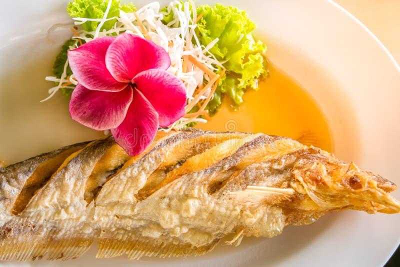 Alimento tailandês fritado dos peixes imagens de stock