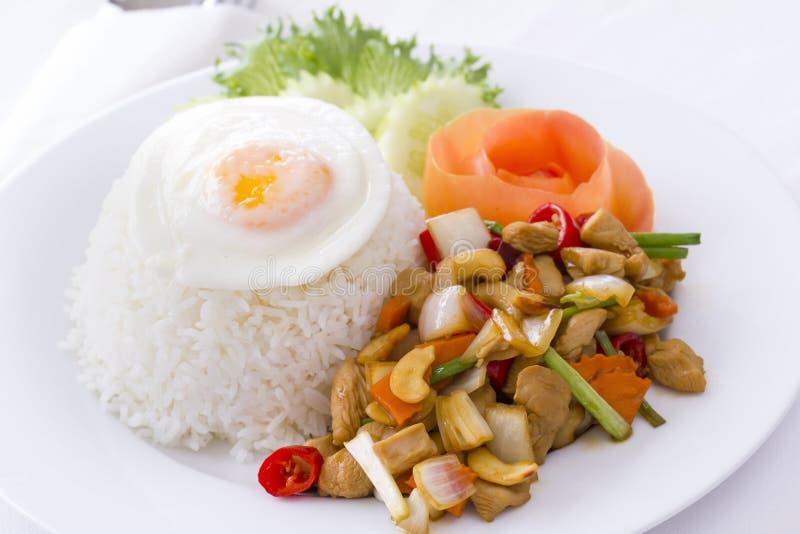 Alimento tailandês: Galinha salteado com porca de caju fotografia de stock