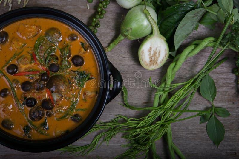 Alimento tailandês: O sarmentosum do gaiteiro deixa o caril e os cogumelos frescos fotos de stock