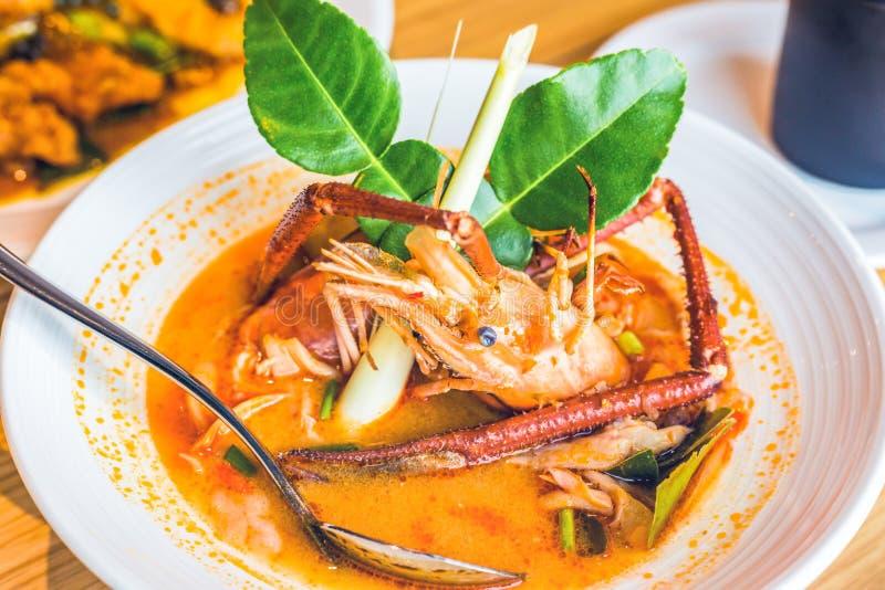 Alimento tailandês picante e erva do caril na mesa na tabela imagens de stock royalty free
