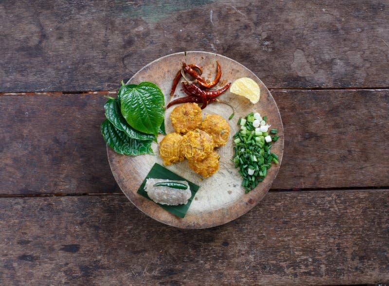 Alimento tailandês, Yam Naem Khao Thot Recipe, salada picante do arroz Curried foto de stock royalty free