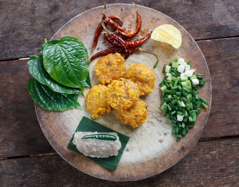 Alimento tailandês, Yam Naem Khao Thot Recipe, salada picante do arroz Curried imagens de stock royalty free