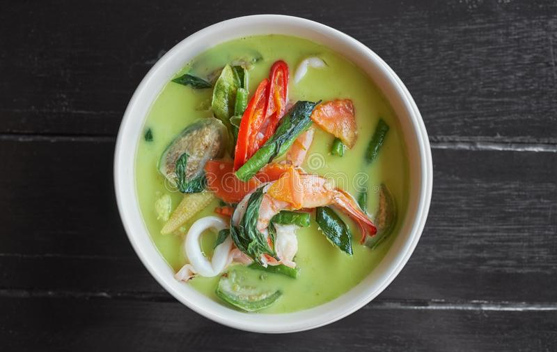 Alimento tailand?s - fritada #6 do Stir Sopa verde do caril do marisco no fundo de madeira escuro foto de stock