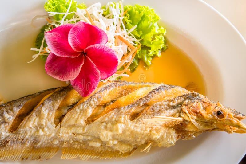 Alimento tailand?s fritado dos peixes foto de stock royalty free